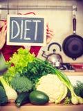 Кухонный стол с много зеленых овощей диеты Стоковые Фотографии RF