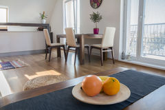 Кухонный стол в современной квартире стоковое изображение