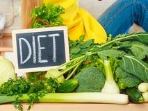 Кухонный стол с много зеленых овощей диеты Стоковые Изображения