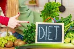 Кухонный стол с много зеленых овощей диеты Стоковая Фотография RF