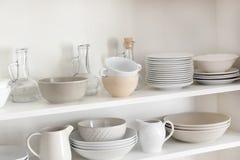 Кухонный шкаф кухни с различной очищает Стоковые Изображения
