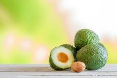 Куча авокадоа на таблице Стоковые Изображения RF