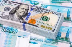 Куча 100 американских банкнот доллара над деньгами Стоковое Изображение RF