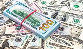 Куча 100 американских банкнот доллара над backgro денег Стоковое фото RF