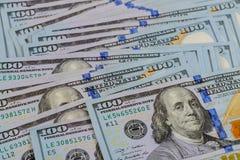 куча американских бумажных счетов 100-доллара как элемент системы мира финансовой Стоковая Фотография RF