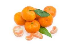 Куча апельсинов мандарина и нескольких этапов, который слезли мандарина Стоковая Фотография