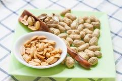 Куча арахисов на блюде Стоковое Изображение