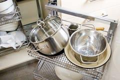 Куча баков и лотков в кухонном шкафе Стоковые Изображения