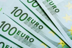Куча 100 банкнот валюты евро Стоковые Изображения