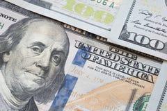 Куча 100 банкнот доллара как предпосылка денег Стоковые Изображения RF