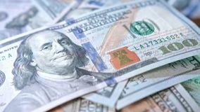 Куча 100 банкнот доллара на таблице Стоковая Фотография RF