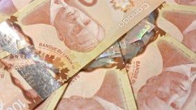 Куча 100 банкнот доллара на таблице Стоковое фото RF