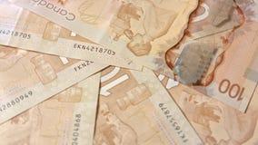Куча 100 банкнот доллара на таблице Стоковые Изображения