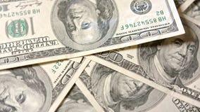 Куча 100 банкнот доллара на таблице Стоковое Изображение RF