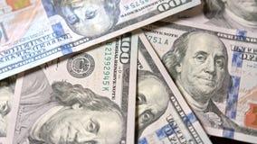 Куча 100 банкнот доллара на таблице Стоковые Фотографии RF
