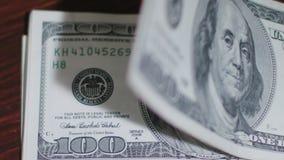 Куча 100 банкнот доллара на таблице Стоковое Фото