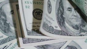 Куча 100 банкнот доллара на таблице Стоковые Фото