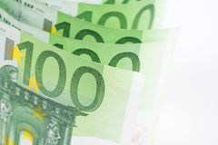 Куча 100 банкнот евро на белой предпосылке Стоковое Фото