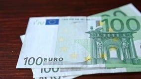 Куча 100 банкнот евро на таблице Стоковое Изображение RF