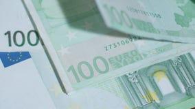Куча 100 банкнот евро на таблице Стоковое Изображение