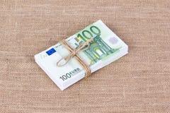 Куча 100 банкнот евро связанных с веревочкой Стоковое Фото