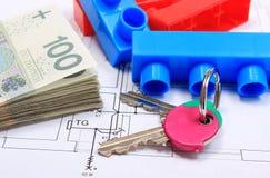 Куча банкнот, ключей и строительных блоков на чертеже дома Стоковая Фотография RF