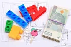 Куча банкнот, ключей и строительных блоков на чертеже дома Стоковые Изображения