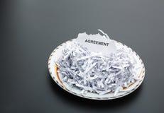 Куча белизны shredded бумаги на плите Стоковое Изображение