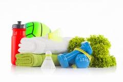 Куча белых и зеленых полотенец с красной бутылкой с водой велосипеда и зеленого резинового гандбола на заднем плане с зеленым сал Стоковое Изображение RF
