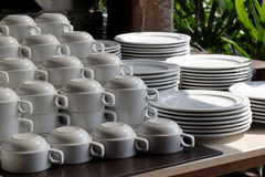 Куча белых керамических чашки и плиты Стоковая Фотография RF