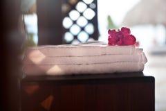 Куча 3 белых чистых полотенец с цветком дальше Стоковая Фотография