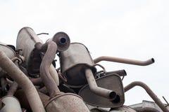 Куча близкого взгляда используемых шумоглушителей на мастерской авто стоковая фотография