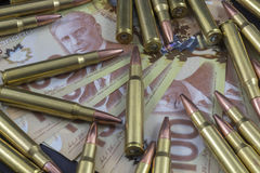 Куча боеприпасов на канадских деньгах стоковое фото