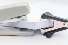 Куча бумаги офиса, черного перевозчика штапеля и серого сшивателя на белой предпосылке, предпосылке концепции абстрактной Стоковое Изображение