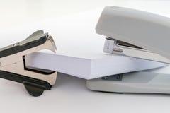 Куча бумаги офиса, черного перевозчика штапеля и серого сшивателя на белой предпосылке, предпосылке концепции абстрактной Стоковые Изображения