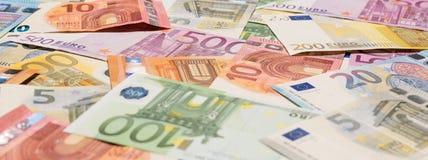 Куча бумажных банкнот евро как часть объединенной системы платежей ` s страны Стоковое фото RF