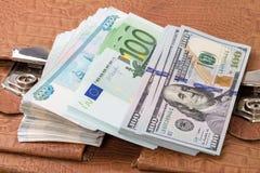 Куча бумажных денег и портфеля Стоковые Фото