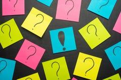 Куча вопросительного знака на концепции таблицы для запутанности, вопроса или решения стоковое фото