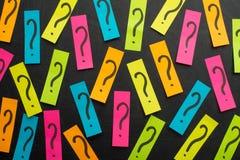 Куча вопросительного знака на концепции таблицы для запутанности, вопроса или решения стоковые изображения