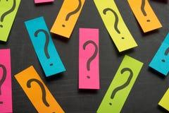 Куча вопросительного знака на концепции таблицы для запутанности, вопроса или решения стоковые изображения rf