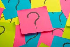 Куча вопросительного знака на концепции таблицы для запутанности, вопроса или решения стоковое изображение rf