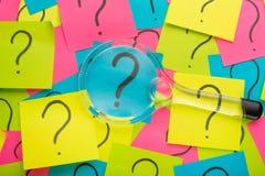 Куча вопросительного знака на концепции таблицы для запутанности, вопроса или решения стоковое изображение