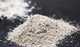 Куча всей муки зерна на черноте Селективный фокус, макрос Стоковое Изображение