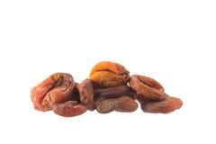 Куча высушенного абрикоса приносить на белизне, концепции здоровой еды Стоковое Фото