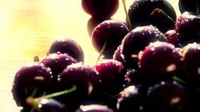 Куча влажных зрелых сладостных вишен на деревянном столе на солнечный летний день Съемка конца-вверх Стоковое Фото