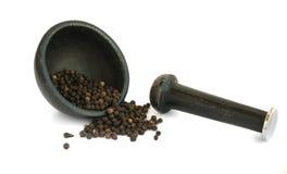 Куча горячих изолированных семян черного перца Стоковое фото RF