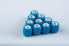 Куча голубых пластичных бочонков лежала в форме треугольника на белой предпосылке Вид спереди Стоковая Фотография