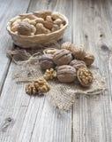 Куча грецких орехов в шаре Стоковые Изображения