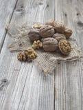 Куча грецких орехов на ткани Стоковое фото RF