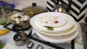 Куча грязных блюд на кухне акции видеоматериалы